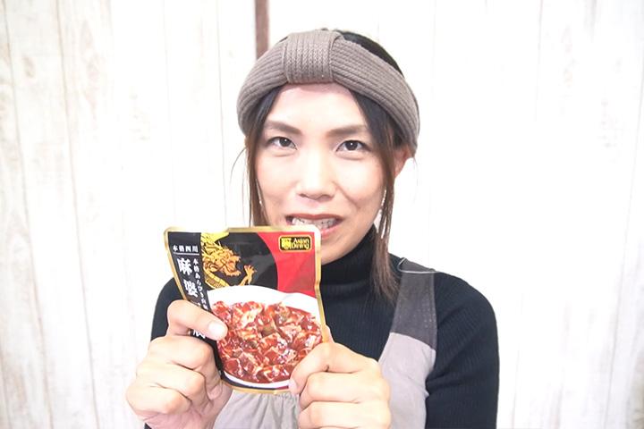 カルディオリジナル 麻婆豆腐醤を手に持つグピコズさん