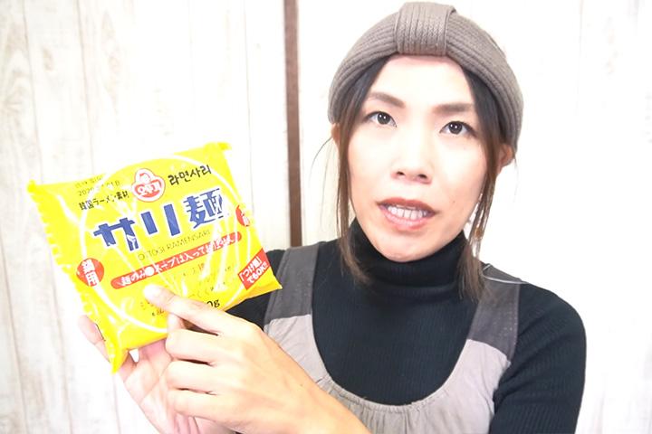 オットギ サリ麺(ラーメンサリ)を手に持つグピコズさん