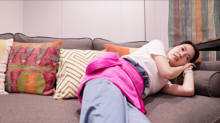 パナソニックの骨盤おしりリフレを使いながら寝転がる奈津子画像
