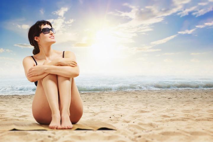 ビーチにいる女性の写真