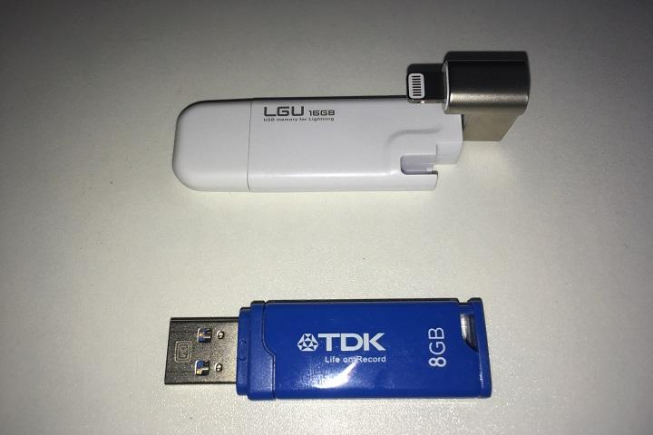 USBメモリを比較している写真