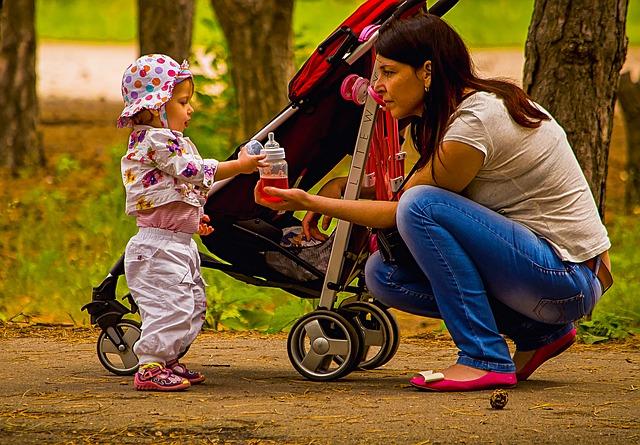 ベビーカーの前にママと赤ちゃんがいる写真