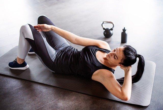 マットの上で運動をする女性