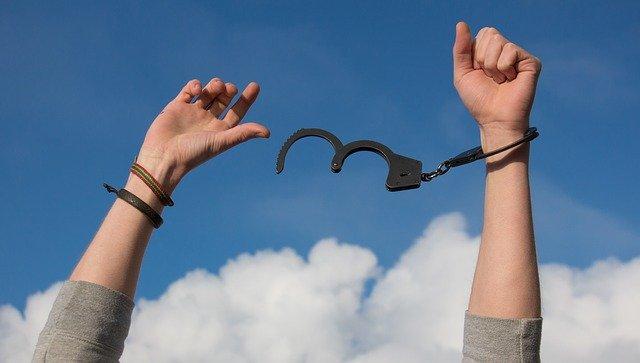 手錠をかけた手の画像