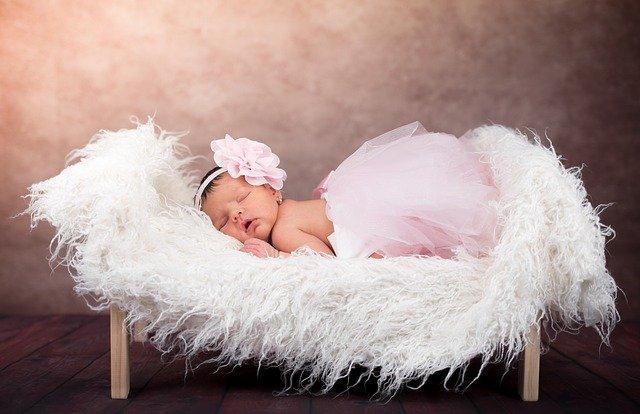 ベビーベッドで寝る赤ちゃんの画像