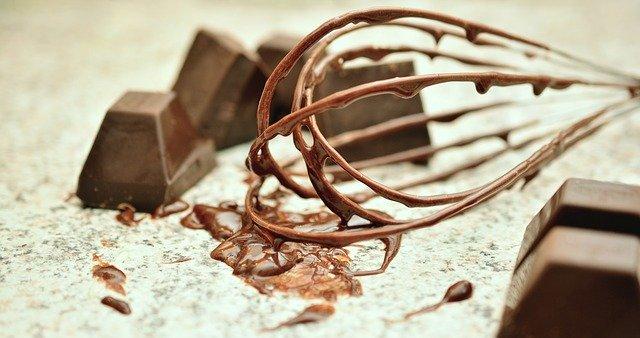 ブロックチョコレートと泡立て器