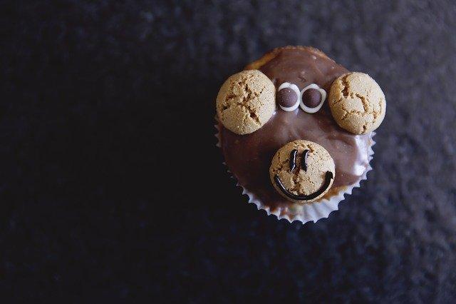 猿の顔のチョコレートカップケーキ