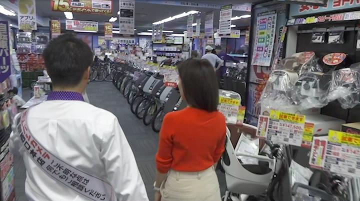 ヨドバシカメラ新宿西口本店の地下2階にある電動自転車売り場を見る奈津子画像