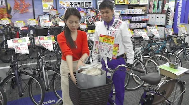 パナソニックの電動自転車に大きな荷物を入れた奈津子画像