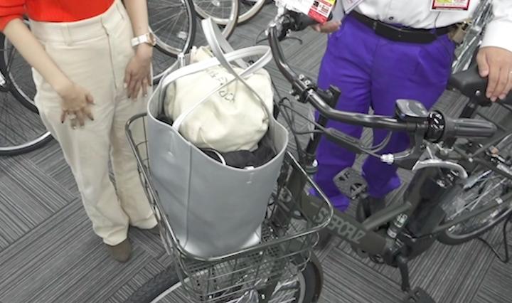 ブリヂストンの電動自転車に大きな荷物をいれた奈津子画像