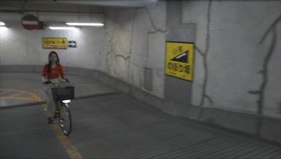 パナソニックの電動自転車を試乗する奈津子GIF
