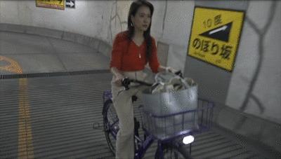 ブリヂストンの電動自転車を試乗する奈津子GIF