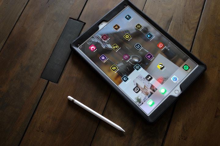 机の上に置かれたiPadとApple Pencil