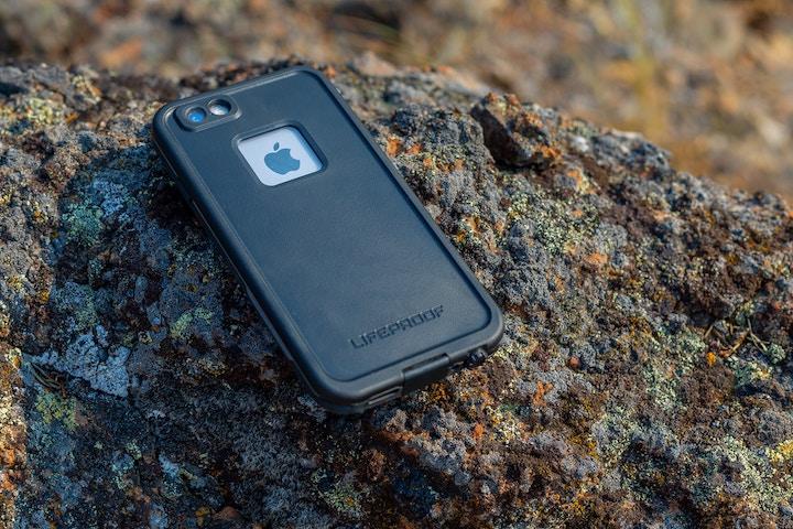 岩の上に置かれたiPhoneケース