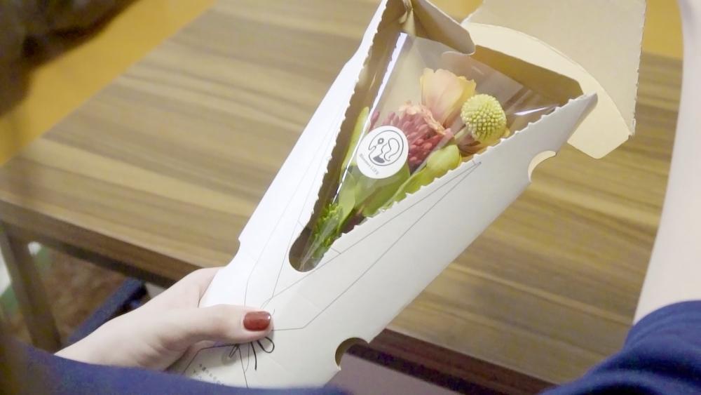 箱を開けると鮮やかな花が出てくる