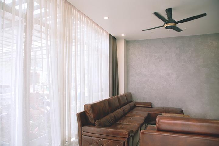 革張りのソファとカーテンボックス