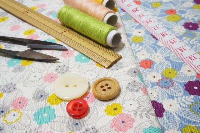 花柄の生地と裁縫道具