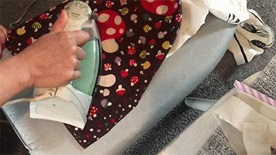 カーテンに布用裾上げテープを接着している様子