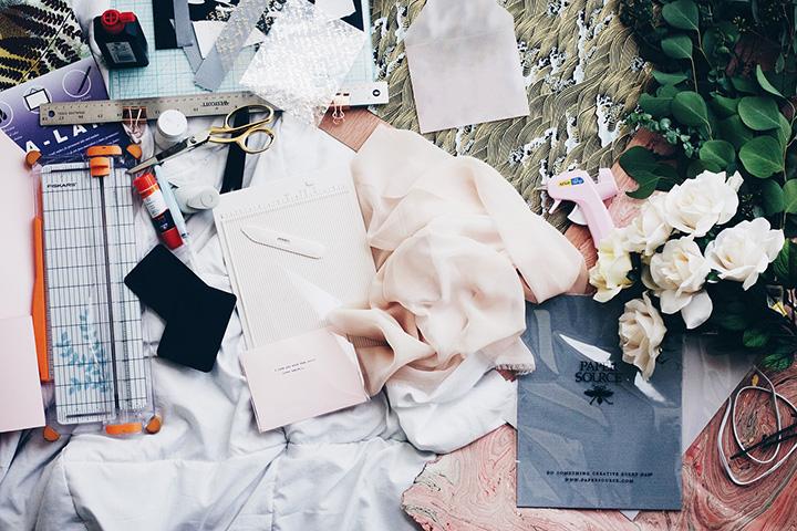 裁縫道具と布が散らばる床