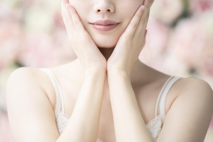 女性がお肌を押さえている写真