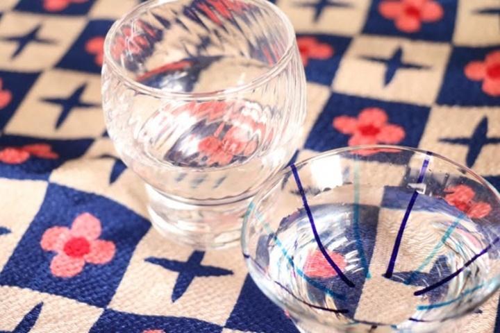 おちょこと日本酒の写真