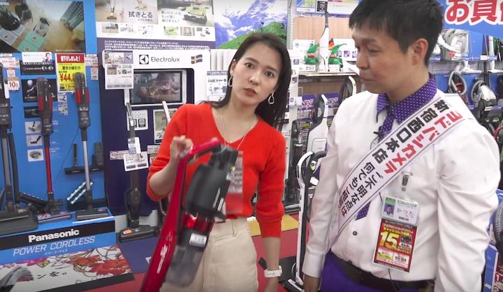 シャープの掃除機「RACTIVE Air」を人差し指で持ち上げる奈津子画像