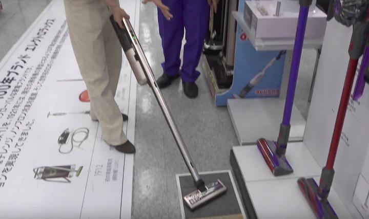 三菱の掃除機「iNSTICK」を使う奈津子画像