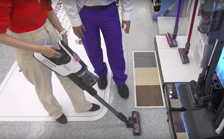 パナソニックの掃除機「パワーコードレス」を使う奈津子画像