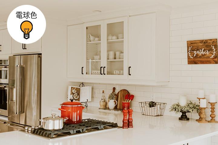電球色のキッチン照明例