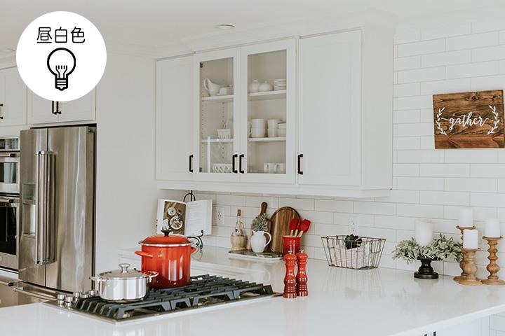 昼白色のキッチン照明例