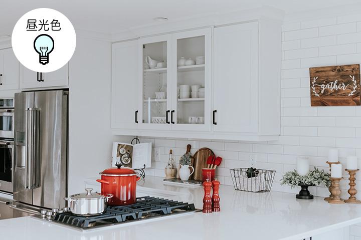 昼光色のキッチン照明例