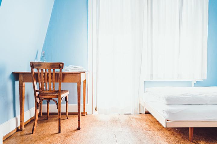 青い壁の部屋とデスク