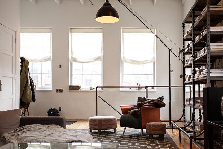 アンティーク家具があるマンションの部屋