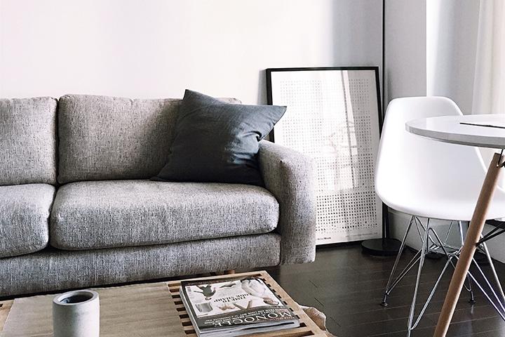 グレーのソファと落ち着いた家具
