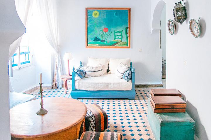 カラフルな家具がある部屋