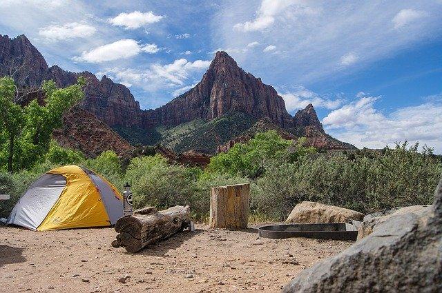 山中のテントの写真