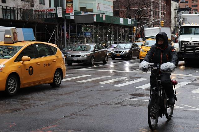 レインコートを着て自転車に乗っている人の写真