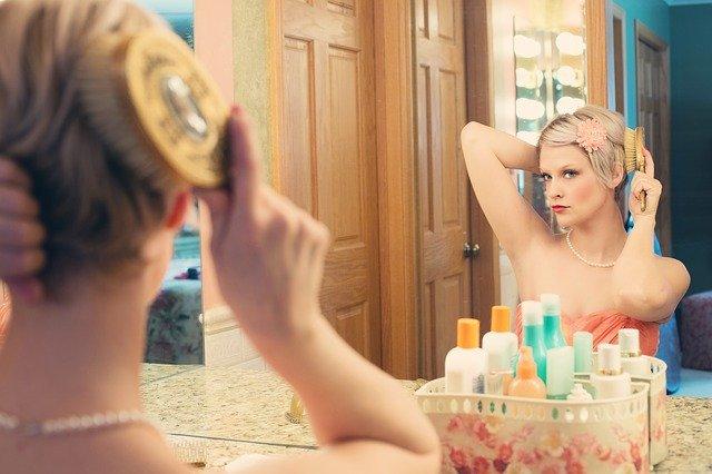 女性が化粧をしている写真