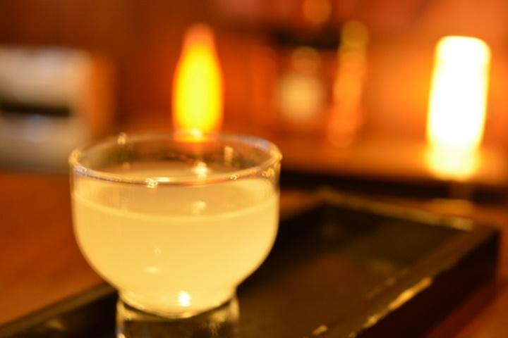 間接照明とおちょこに入った日本酒
