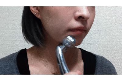 顎を美顔ローラーでマッサージする動画