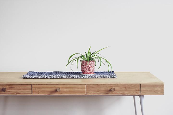 シンプルなウッドの引き出し付きコンソールテーブル