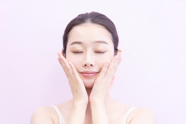 化粧水をハンドプッシュする女性