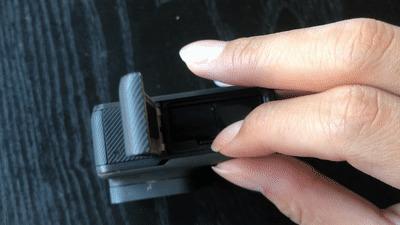 microSDメモリーカードの取り出し方