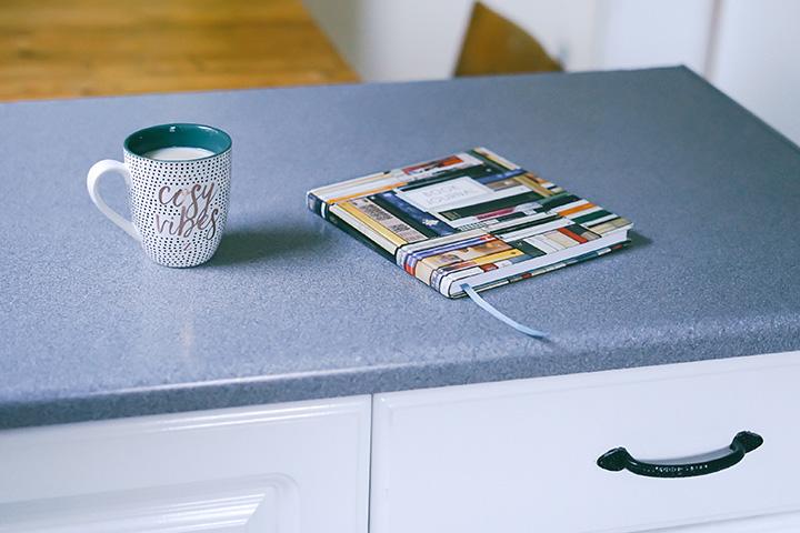 キッチンキャビネットの上のマグと本