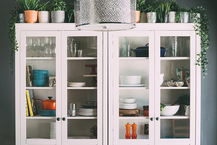 シンプルな白のキッチンキャビネット