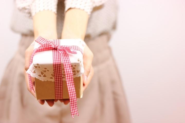 プレゼントを渡す女性の写真