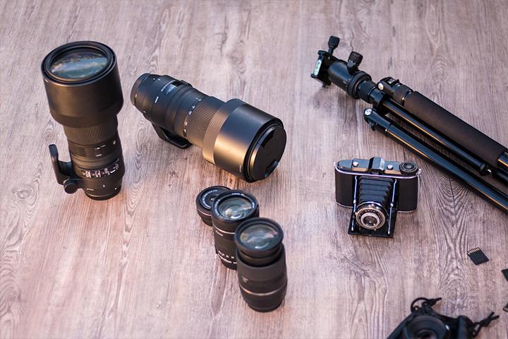 カメラ用レンズや三脚などのアイテム