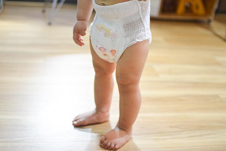 「ムーニーマン エアフィット Lサイズ」を履く子どもの足回りの画像