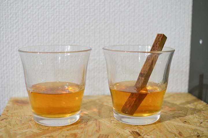 グラスに注いだMIZUNARA AGING STICKを入れたサントリー角瓶(右)といれていない角瓶(左)の画像