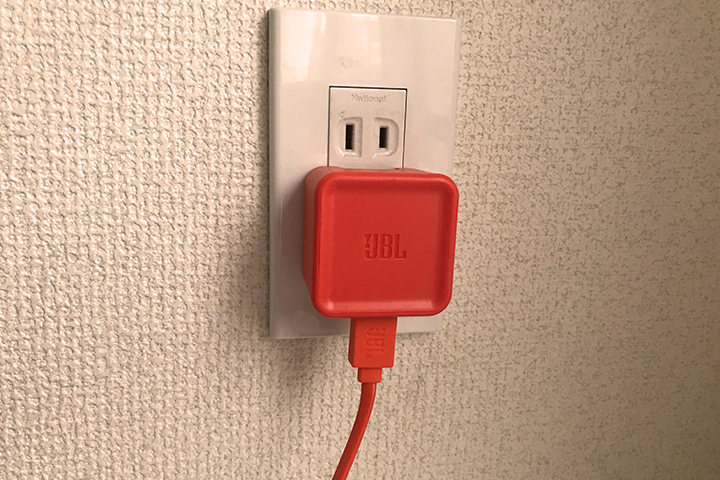 JBL Charge3の充電アダプタをコンセントに接続している様子